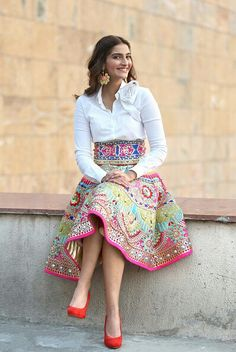 Bollywood Fashion 448741550374575155 - Trendy Style Vestimentaire Jupe Source by syl_macleod Indian Gowns, Indian Attire, Indian Wear, Indian Wedding Outfits, Indian Outfits, Dress Wedding, Modesty Fashion, Fashion Dresses, Jw Moda