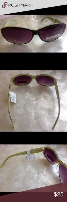 """Elizabeth Arden black and lime green sunglasses ☀️👙Beautiful brand new sunglasses! ❤️ 100% UV protection! ❤️ Summer is coming! ❤️ lenses are 2.5 X 1.75 each, with of glasses is 6"""". ❤️ Priced to sell! ❤️ 🍧💐🎉🌞👙 Elizabeth Arden Accessories Glasses"""