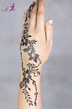 Simple Mehndi Designs  #arabicmehndidesigns #arabichennadesign #mehndidesignssimple #mehndidesigns2019 #mehndidesigns2020 #latestmehndidesigns #simplehennadesigns #mehndidesignseasy #mehndidesignforhandssimple #bridalmehndidesigns Back Hand Mehndi Designs, Arabic Henna Designs, Bridal Mehndi Designs, Simple Mehndi Designs, Traditional Tattoo Old School, Traditional Tattoo Flash, Leg Tattoos, Sleeve Tattoos, Tribal Tattoos