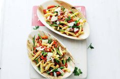 Pastasalade met salami en haricots verts Pasta Recipes, Dinner Recipes, Bruschetta Toppings, Quick Weeknight Dinners, Tasty Dishes, Pasta Salad, Salads, Lunch, Meals