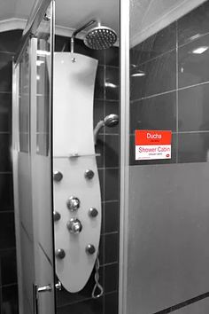 Estoy limpiando la ducha = I'm cleaning the shower cabinConsigue los Stickers Bilingües de LuLo y Aprende Inglés de forma fácil y divertida enhttp://www.