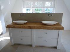 wat een mooi badkamermeubel, stijl is rustig en toch ook stoer door gebruik van hout en betonlook