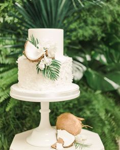 Elegant Tropical Wedding cake with coconut and greenery. Hawaii Wedding Cake, Summer Wedding Cakes, Hawaii Cake, Beach Wedding Cakes, Beach Cakes, Luau Cakes, Kauai Wedding, Summer Weddings, Beach Weddings