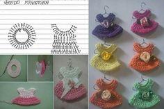 Vestidos para Gaby shows (recuerdos) Crochet Diy, Love Crochet, Crochet Gifts, Crochet Motif, Crochet For Kids, Crochet Flowers, Crochet Stitches, Crochet Patterns, Knitted Dolls