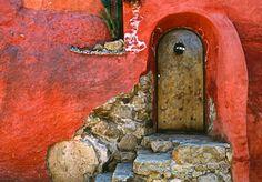 Fotodruck Mexico, San Miguel De Allende Weathered House Door and Exterior von Jaynes Gallery East Urban Home Größe: cm H x 66 cm B x cm T