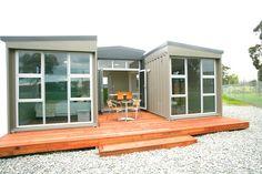 NZ 3 Container House - front - Lindo ejemplo de diseño de una casa con pocos contenedores. NP, I like the sitting area.