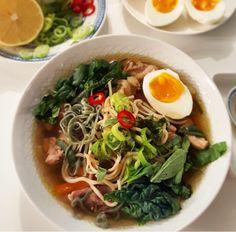Misosuppe er en super trendy næringsrik japansk suppe som inneholder miso, en pasta av bl.a soyabønner . Hvis miso er litt vanskelig å få tak i så lager du suppen uten misopastaen, men med tilbehør…