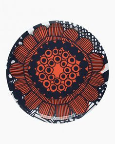 Made of laminated birch plywood, this round lightweight tray carries one of the Siirtolapuutarha patterns flower in orange. The large tray measures 46 cm in diameter.Siirtolapuutarha (city garden) is a brilliant line drawing which tells a tale Marimekko, Design Shop, Modern Rustic Decor, Large Tray, Orange Design, Spice Jars, Goods And Service Tax, Hand Fan, Mandalas