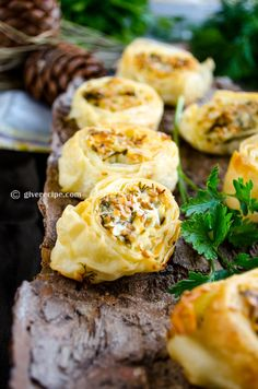 Easy cheese pinwheels filled with feta, parsley and fresh dill. Brush them with a yogurt mixture and bake until golden. Finger Food Appetizers, Yummy Appetizers, Appetizers For Party, Appetizer Recipes, Snack Recipes, Cooking Recipes, Snacks, Tapas, Sandwiches