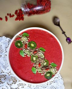 My first PINK smoothie bowl ever💓😀 Usually I prefer my smoothies green but I just made a vegan cheesecake with a strawberry topping so I thought why not use the leftover frozen strawberries to create a glowing smoothie with bananas, maca powder and flaxseed💓 Let me tell you why smoothie BOWLS are better than liquid smoothies: 💦 first of all, you don't need to add water because you eat with a spoon anyway so it doesn't matter how thick or think the consistency is. In my opinion, the…
