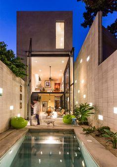 Uma linda casa espremida entre duas construções - limaonagua