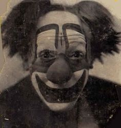 This clown is staring into your soul. 21 Vintage Clown Photos That Will Make Your Skin Crawl Vintage Bizarre, Creepy Vintage, Vintage Clown, Vintage Halloween, Le Clown, Circus Clown, Creepy Clown, Creepy Halloween, Haunted Circus