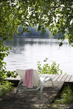 Serenity Boardwalk beside lake. Lakeside Living, Outdoor Living, Lakeside View, Peaceful Places, Beautiful Places, Ferreira Do Zêzere, Lake Cottage, Cottage Living, Exterior