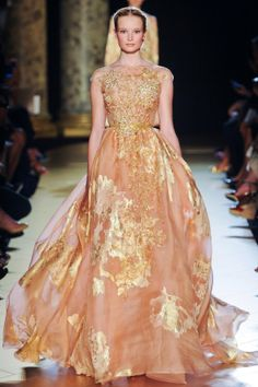 Elie Saab at Couture Fall 2012 -- Lovely dress and the model looks very much like a Barbie doll Elie Saab Couture, Style Haute Couture, Couture Fashion, Runway Fashion, Couture Week, Paris Fashion, Fashion Week, Love Fashion, High Fashion