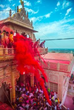 Holi, the festival of colors is celebrated with a great enthusiasm throughout in India. But the most amazing holi being played in Barsana, Uttar Pradesh. Holi Colors, Holi Festival Of Colours, Indian Color Festival, Festivals Of India, Festivals Around The World, Indian Festivals, Holi Festival India, Festival Photography, Photography Series