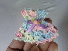 lembrança de bebê mini-vestido em crochê | BY IRIS ARTESANATO DIVERSOS | 2319E7 - Elo7