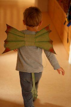 Puedes improvisar un disfraz de dragón muy fácil utilizando materiales reciclados. Aquí podemos ver un ejemplo muy sencillo, hecho por Kvbarn. Ella explica cómo hacer unas alas de dragón con una simple caja de cartón de los cereales. Materiales necesarios:...