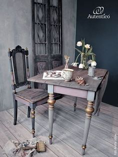 Venice Lime wall: Winter Sky and Mint. Velvet Chalk wall: Byzantine. Table and chair: Vulcano, Brut, Nearly Black and metallic New Gold. White and black chalk wax