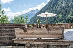 ein alter Futtertrog wird zum perfekten Blumentrog zur Terrassenbepflanzung Felder, Firewood, Texture, Terrace, Planting, Surface Finish, Woodburning, Wood Fuel, Patterns