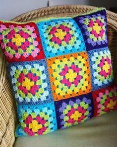 Crochet Cushion: Step by Step + 38 Photos Crochet Pillow Cases, Crochet Cushion Cover, Easy Crochet Blanket, Crochet Cushions, Granny Square Crochet Pattern, Afghan Crochet Patterns, Crochet Squares, Crochet Motif, Knitting Patterns