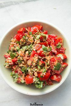 Birmańska sałatka z pomidorów » Jadłonomia · wegańskie przepisy nie tylko dla wegan Mad Cook, Salad Bar, Tasty Dishes, Bruschetta, Food Photo, Meals, Dinners, Tofu, Nom Nom