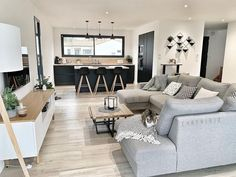 30 stilvolle graue Wohnzimmer-Ideen, zum Sie anzuspornen Gray Living Rooms Ideas – For lovely gray living room ideas, offset light gray walls with dark gray shelving for pictures and also tie the room together with a comfortable gray sofa. Living Room Photos, Living Room Grey, Home Living Room, Apartment Living, Interior Design Living Room, Living Room Designs, Living Room And Kitchen Together, Living Walls, Gray Interior