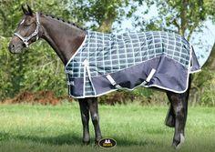 Een sterke, waterdichte deken met een leuk ruitjes patroon. Deze fijne deken is voorzien van een fleecevoering, ademt en houd je paard bij wind en lage temperaturen lekker warm. Horse Supplies, Blankets, Blanket, Cover, Comforters