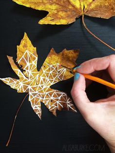 Peindre des feuilles mortes avec de la peinture et un pinceau fin