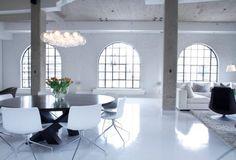un revêtement de sol blanc finition brillante dans la salle à manger ouverte sur le salon