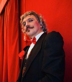 Mi piace il teatro..  Bastano un paio di baffi arricciati.. tanti anelli alle dita.. E magicamente puoi trasformarti in un altra persona..!