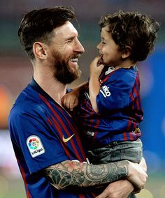 Papa Cristiano Ronaldo, Messi And Ronaldo, Messi 10, Lionel Messi Barcelona, Barcelona Football, Neymar, Lionel Messi Wallpapers, Kun Aguero, Messi Photos