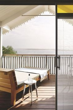 Une terrasse en bois qui adopte un style chalet