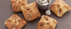 Tangy pastry parcels filled with mango, pear and Gorgonzola Pizza E Pasta, French Toast, Finger Food, Mango, Pie, Bread, Breakfast, Desserts, Sleeve