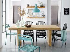 Salle à manger déco scandinave chaises bleues et noires table en bois