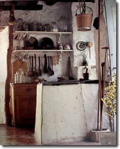 Little old Greek Island kitchen. Greek Style by Suzanne Slesin Small Apartment Closet, Greek Decor, Interior And Exterior, Interior Design, Kitchen Interior, Trendy Home, Rustic Interiors, Vintage Kitchen, Cubes