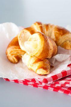 Croissants maison (Pâte Levée Feuilletée) | La Raffinerie Culinaire Mini Croissants, Snack Recipes, Cooking Recipes, Food Styling, French Toast, Chips, Favorite Recipes, Sweets, Breakfast
