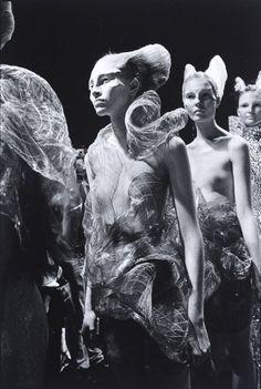 Ann Ray shares initmate photographs of Alexander McQueen Fashion Art, Editorial Fashion, Runway Fashion, Trendy Fashion, Fashion Design, Unique Fashion, Fall Fashion, Fashion Brands, High Fashion