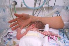 Kangaroo Care: 20 Reasons to Wrap Your Preemie. A list of some amazing ways that Kangaroo Care can help preemies. If we have a little one it will def. Preemie Babies, Premature Baby, Preemies, Newborn Babies, Kangaroo Care, Child Life Specialist, Pediatric Nursing, Neonatal Nursing, Nursing