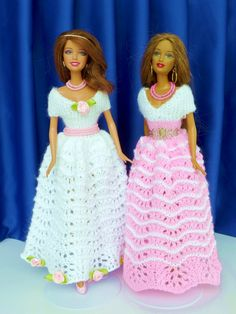 Puppenkleid stricken // Ballkleid für PuppenThe ladies in white and rose are very delicate and beautiful - everything is knitted by hand. Barbie Gowns, Barbie Dress, Barbie Doll, Knitting Dolls Clothes, Knitted Dolls, Barbie Patterns, Doll Clothes Patterns, Ball Dresses, Ball Gowns