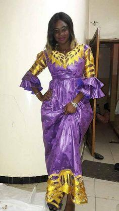 Robe de la femme africaine en bazin riche et brillant brodé sorties. Près de coupe près du corps de corsage et jupe avec des manches double cloche évasée froncée. Cette robe a également un wrapper et enveloppement de la tête. Nous suggérons que vous nous laissez vos mesures pour