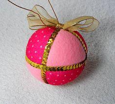 Bolas natalinas, feitas em feltro e tecido. Decoradas com lantejoulas e fitas! Diâmetro: 24 cm