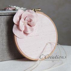 8710823ee4be Porte Alliances Tambour, doupion de soie coloris rose, fleur artisanale en  soie