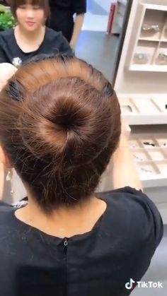 This hairstyle is so simple and yet so elegant Trendfrisuren Joe, akkurater Mittelscheitel oder Easy Hairstyles For Long Hair, Elegant Hairstyles, Braided Hairstyles, Cute Bun Hairstyles, Kids Hairstyle, Hairstyles Videos, Bridal Hairstyle, Simple Bun Hairstyle, Ballet Hairstyles
