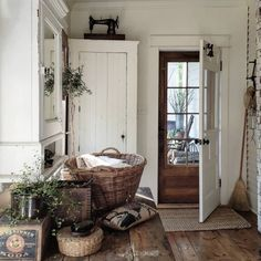 Hold current with the most recent little living room decor some ideas (chic & modern). Find good ways to get fashionable design even although you have a tiny living room. Rustic Farmhouse Entryway, Farmhouse Interior, Cottage Entryway, Old Farmhouse Kitchen, Rustic Kitchen, Farmhouse Style, French Cottage, Cottage Style, Estilo Country