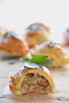 Uwielbiam pierogi pieczone. Lubię je o wiele bardziej od tych gotowanych. Dziś przepis na swojskie jadło. Lekko kruche ciasto wypełnił...