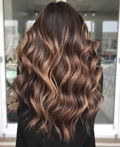 50 Dark Brown Hair with Highlights Ideas for 2020 - Hair Adviser - Brown Curly Hair with Caramel Streaks - Brown Hair Short Bob, Brown Curly Hair, Brown Blonde Hair, Light Brown Hair, Brown Hair Streaks, Dark To Light, Balayage For Curly Hair, Color For Brown Hair, Different Brown Hair Colors
