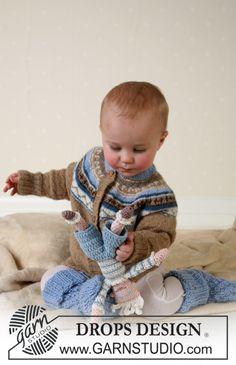 """Chaqueta, calcetas y juguete suave DROPS en """"Alpaca"""". Patrón gratuito de DROPS Design."""