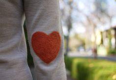 Заплатки на локтях – сердечки из шерсти на одежде