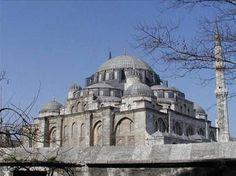 Mimar Sinanİstanbul Şehzâdebaşı Câmii İstanbul'un Şehzadebaşı semtinde Kanuni Sultan Süleyman tarafından Saruhan valisi iken 1543′de 22 yaşında ölen oğlu Şehzade Mehmet adına yaptırılmıştır. 18,42 metrelik kubbesi 4 büyük yarım kubbeye yaslanır. Şadırvan avlusu 12 sütunda 16 kubbelidir. İkişer şerefeli çift minaresi vardır. İmaret ve medrese, tabhane, türbeler cami bahçesinde ve arka sokaktadır.