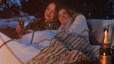 A Netflix divulgou o trailer de Firefly Lane. A série, protagonizada por Katherine Heigl e Sarah Chalke, é baseada no best-seller de Kristin Hannah. A trama acompanha duas inseparáveis melhores amigas – a lendária apresentadora de talk show Tully (Heigl) e a desajeitada e tímida Kate (Chalke) – e mostra seu vínculo duradouro e complicado ao longo de quatro décadas, enquanto enfrentam altos e baixos na carreira, triângulos amorosos, casamentos, divórcios e incontáveis dramas ao longo do…